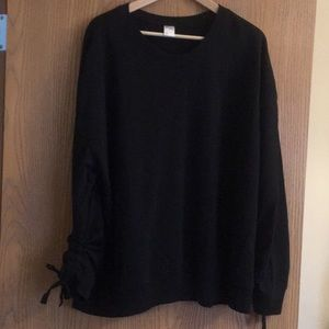 Black sweatshirt with ruched sleeves